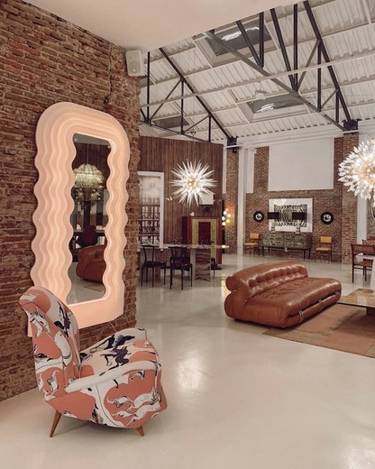 "Espejo ""Ultrafragola"" diseñado por Ettore Sottsass editado por ..."