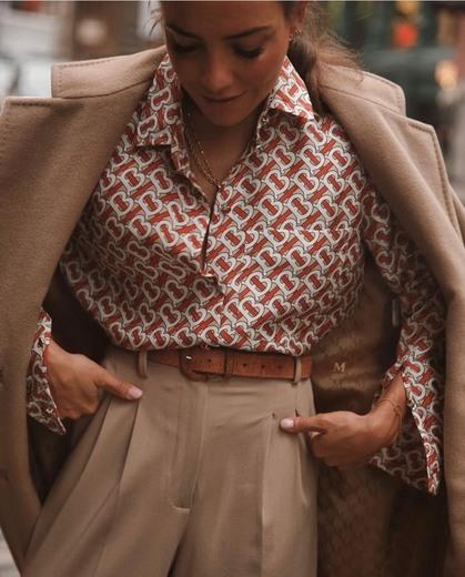 Camisa extragrande en seda con estampado de monogramas