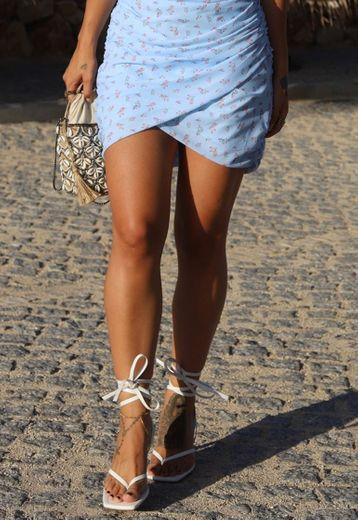 Sandálias brancas atar à perna