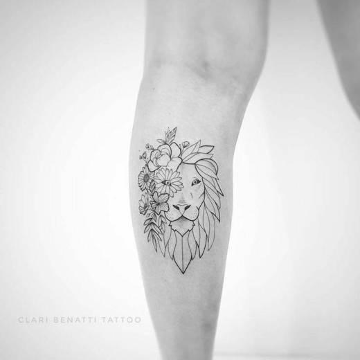 Tatuagem metade leão metade flores