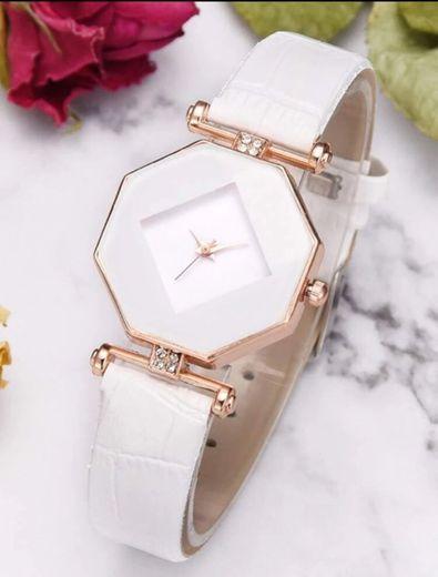 Relógio branco por R$20,99