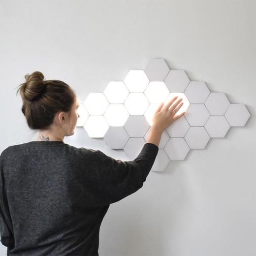 Lámpara de piezas led imantadas y hexagonales.