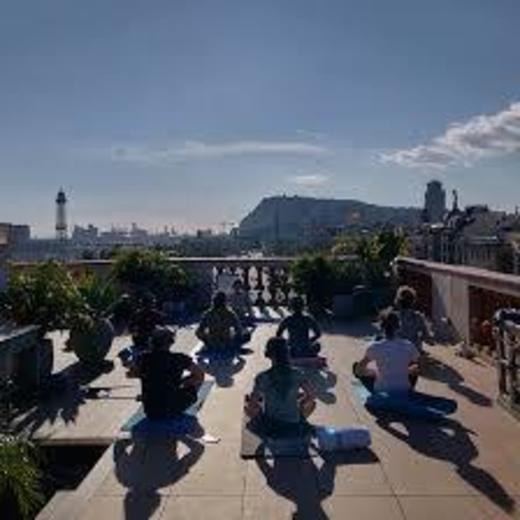 Sesión de Yoga en un Rooftop